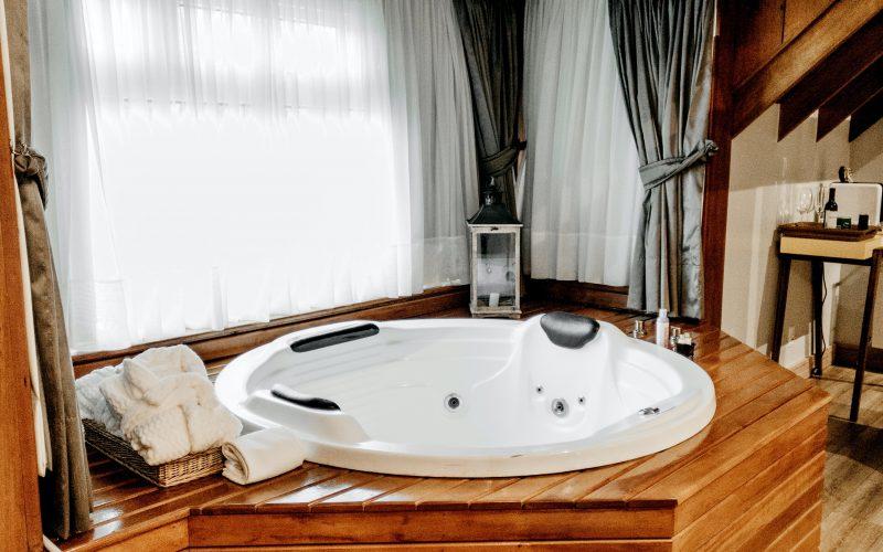 Un spa dans une pièce d'intérieur