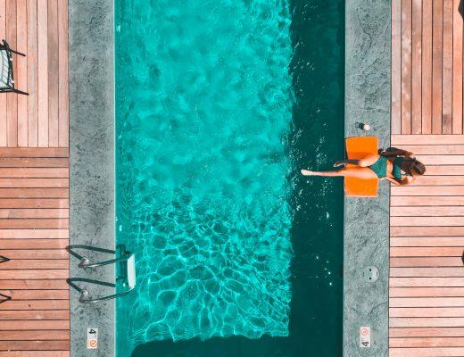 Une piscine profonde vue de haut